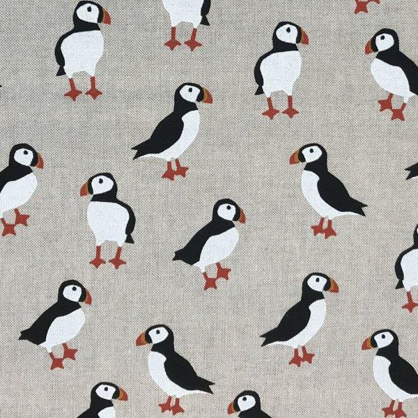 Látka dekorační papuchalk tučňák pták tukan na světle režné na závěsy