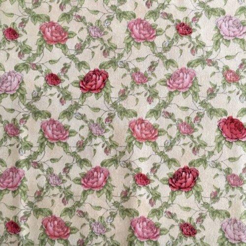 Americká bavlna plátno růže s lístky červená světle šedá Mirabelle La Vie En Rose na šití kabelek oděvů
