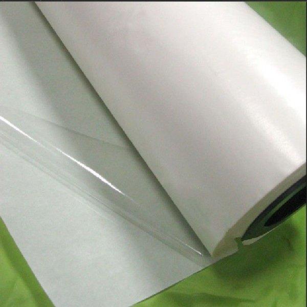 Nažehlovací termofólie se používá stejně jako pavučinka, nebo jako oboustranný vlizelin.