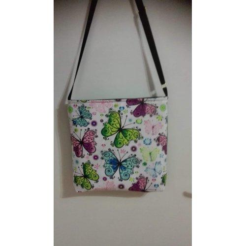 Inspirace na kabelku z bavlněné látky s barevnými motýlky na bílém podkladu