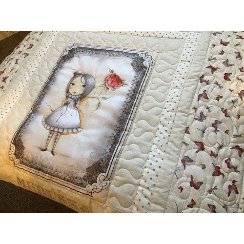 Krásná quiltovaná patchwork deka s panenkou mirabelle v béžovo pískové barvě