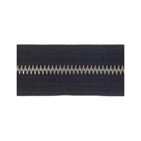 Kovový zip šířky 5,6 mm stříbrné barvy v metráži. Tkanina je černé barvy.