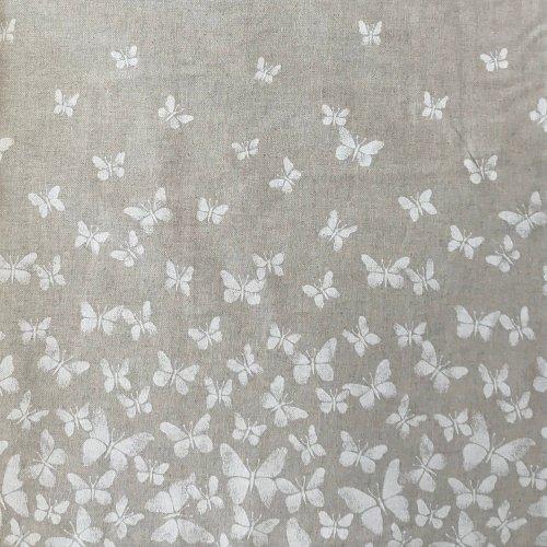 režná bavlněná látka dekorační bílí vzlétající motýlci na béžové venkovský vzor na závěsy na chalupu