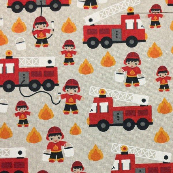 metrová dekorační látka s kreslenými hasiči a hasičskými auty dětský vzor na závěsy povleky potahy