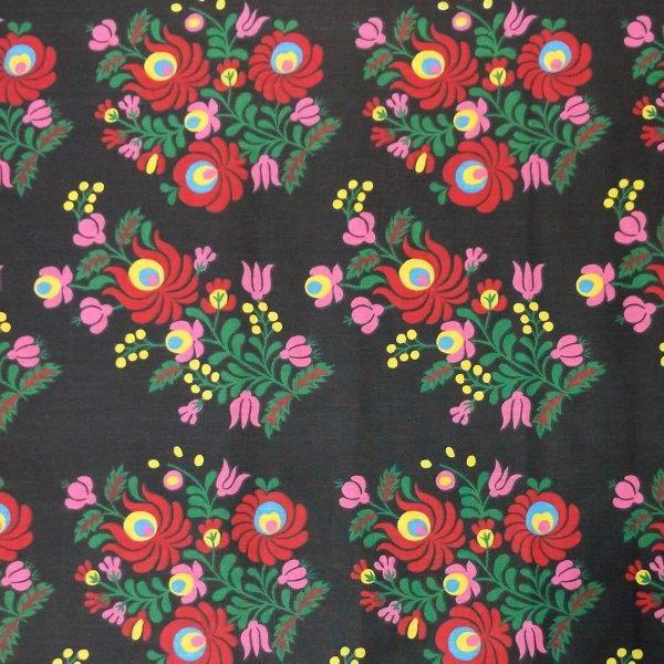 černá látka 100 bavlna na závěsy folklórní vzor květin červená zelená kytičky