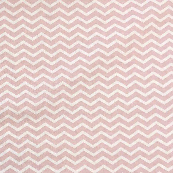 česká bavlněná látka na dekorace závěsy povleky ševron chevron mimi světle růžový bílý cik cak
