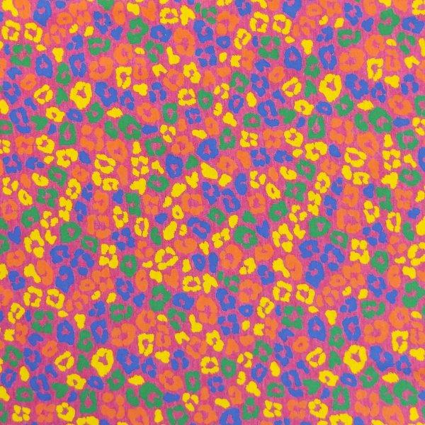 látka se vzorem leopardí gepardí kůže fleků skvrn multi barevných na růžovém fuchsiovém fialovém podkladu