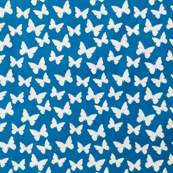 česká bavlněná látka metráž motýlci motýli bělásci bílí na sytě zářivě modré na závěsy dekorace