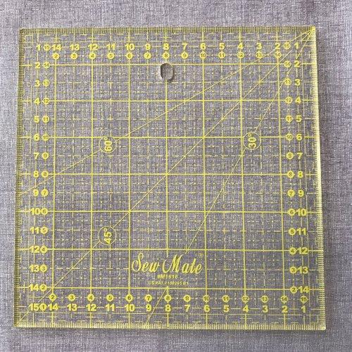 Pravítko na patchwork o velikosti 16 x 16 cm; síla 3 mm,naznačeny úhly 30, 45, 60°, prtiskluzové